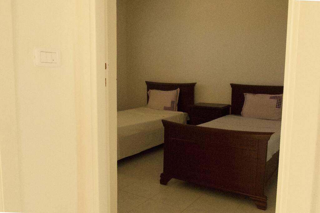 Première chambre avec deux lits simples, identiques pour pas faire de jaloux !
