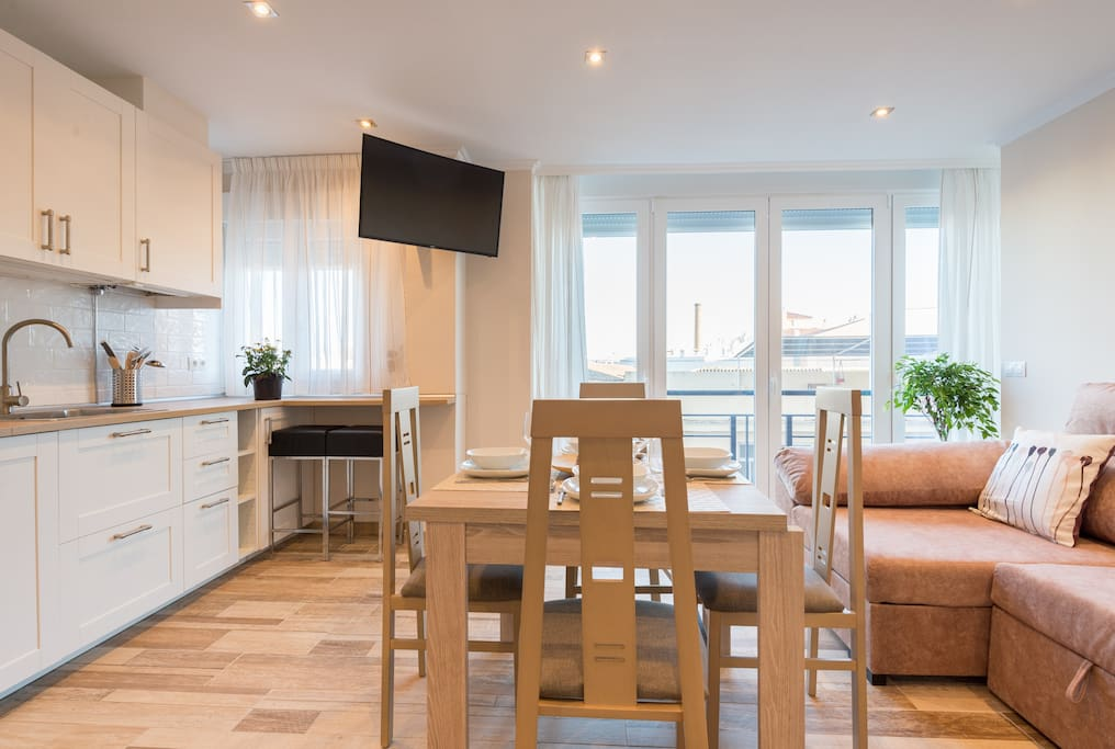 living room and kitchen/ salón y cocina