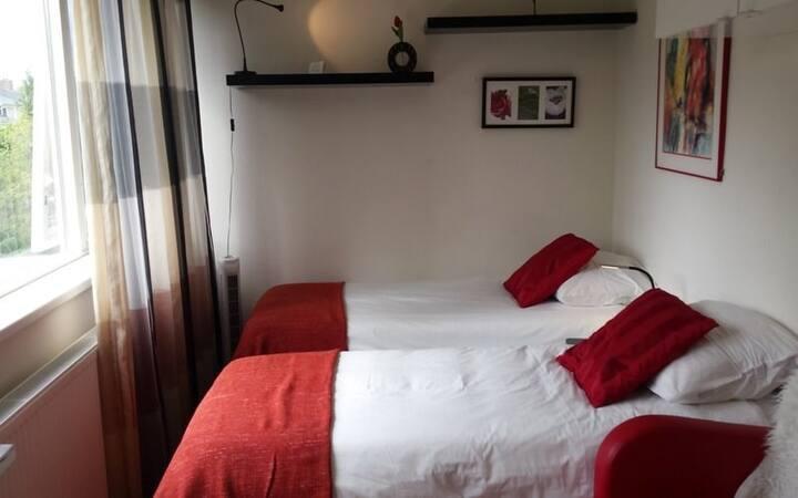 Kleine kamer voor 2 pers. Badkamer en airco