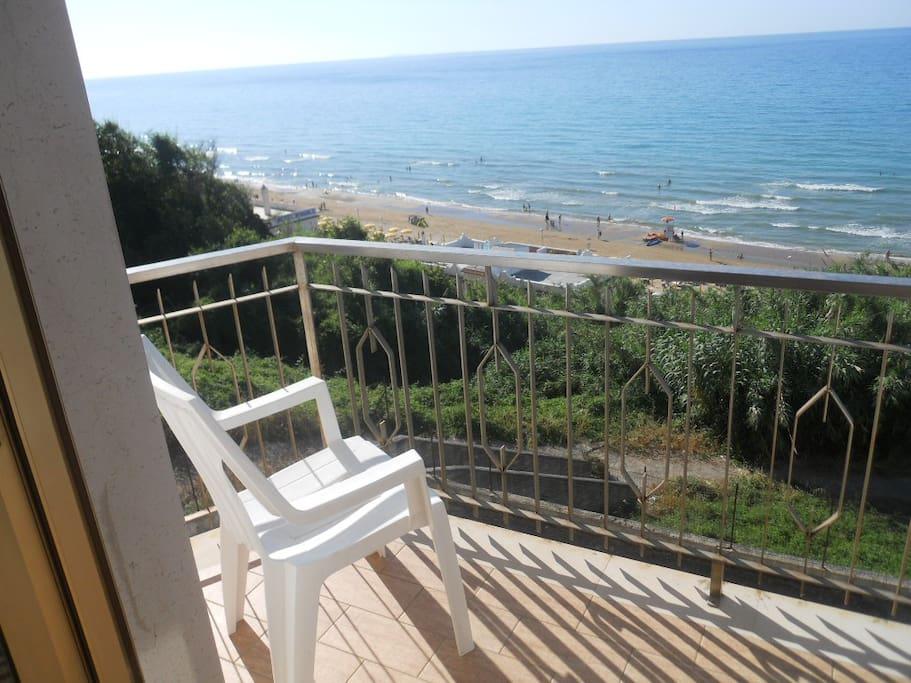 Balcone con vista sulla spiaggia e isole Tremiti