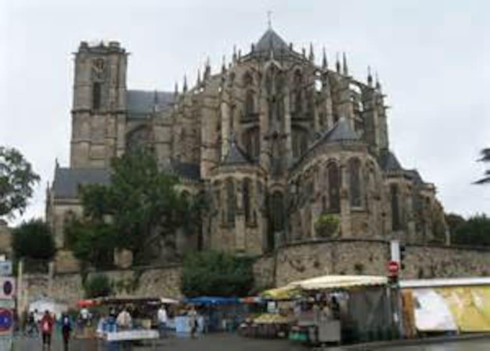 La cathédrale et son marché du Mans