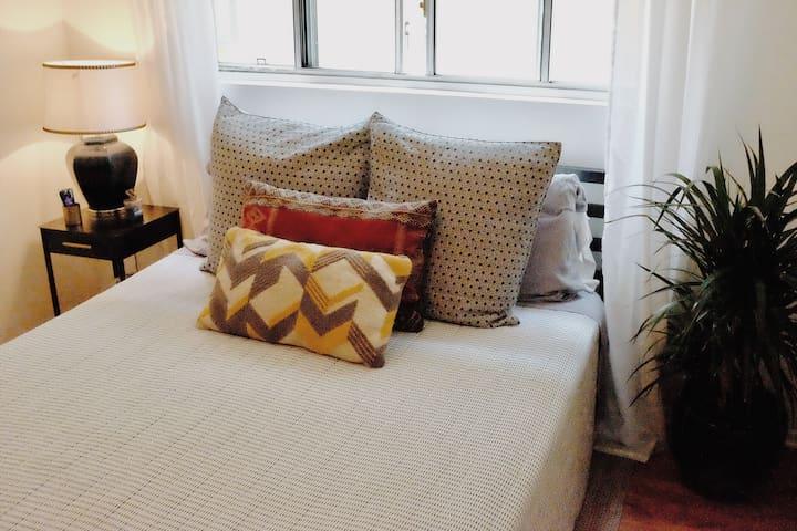 Mid Century Beautiful Room / Women Only