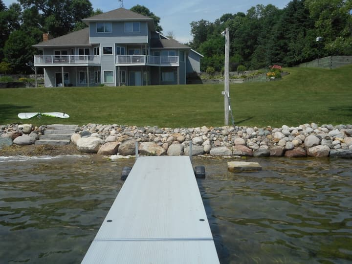 Lake Lizzie - 5 bedrooms on large private lot