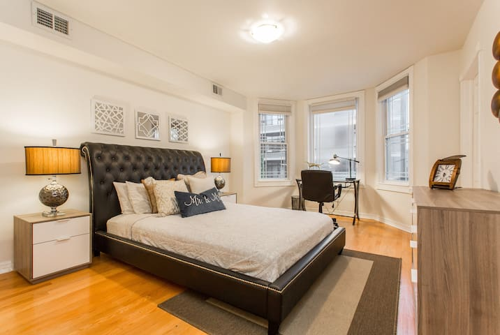 LAKEVIEW 2 BEDROOM NEXT TO WHOLE FOODS + OFFICE