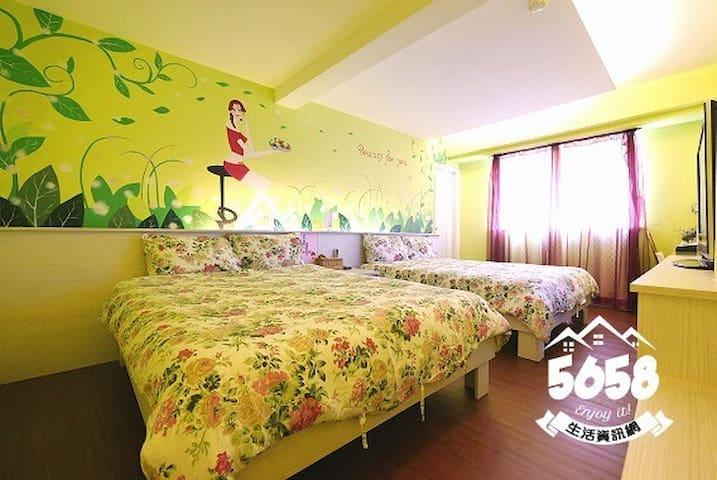 room Taichung Fengjia 逢甲一分鐘手工繪圖3+1人房/停車免煩人情味的住宿
