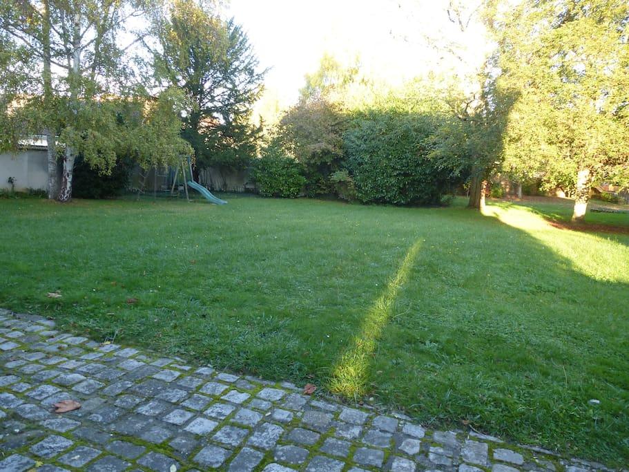 Vaste jardin clôturé (et sa balançoire et son tobogan) pour profiter du calme et de la verdure en plein coeur de Maintenon