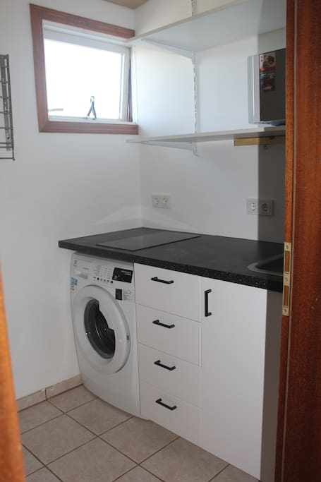Fully equipped kitchen with a washing machine and dryer