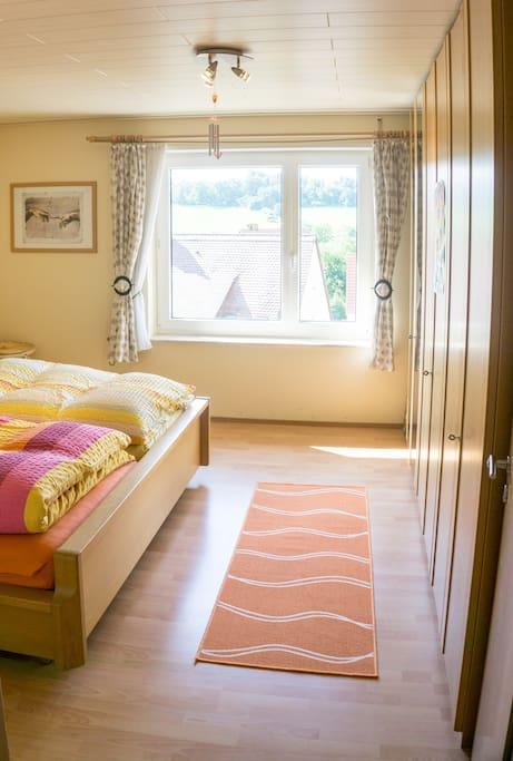 Blick vom Flur ins Schlafzimmer