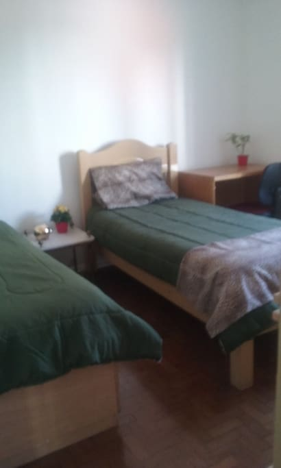 Quarto mobiliado com cama escrivaninha e armario