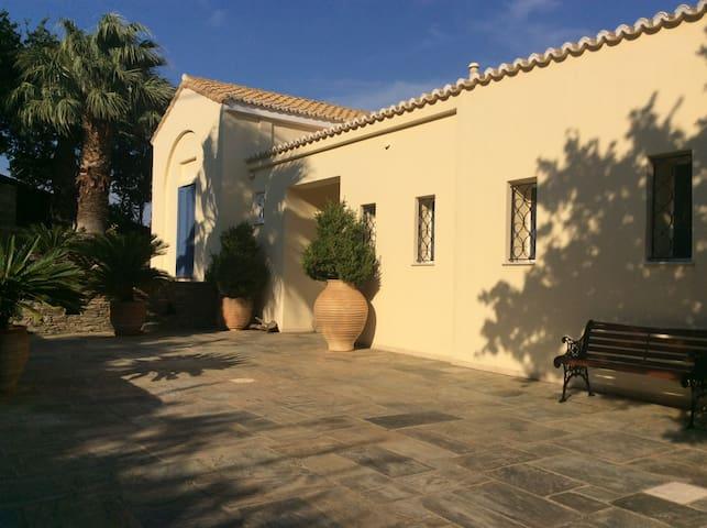 Villa Feroy, Hora Andros