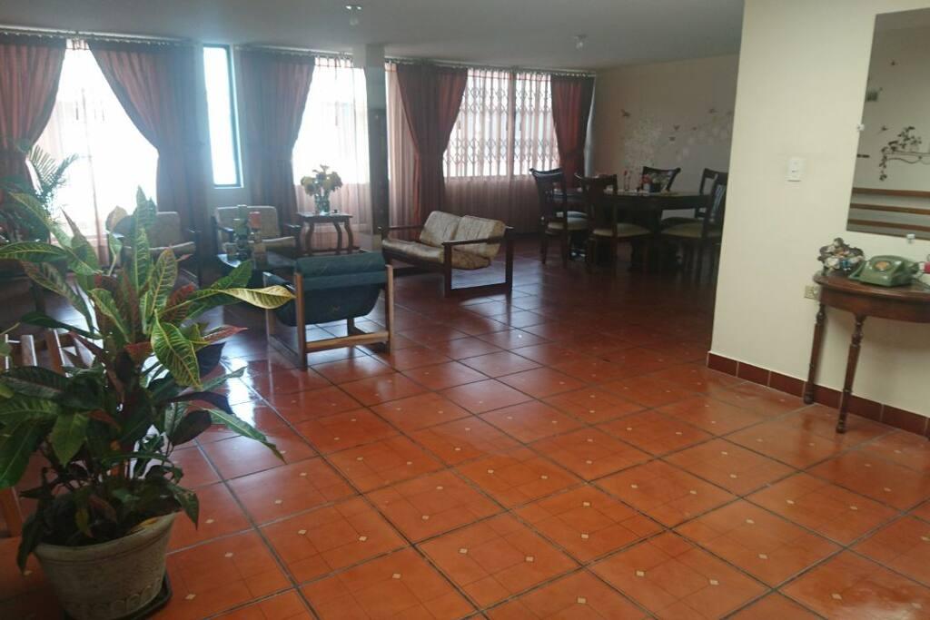 Áreas comunes: sala y comedor. Puedes compartir tiempo de calidad con la familia anfitriona y conocer a otros huéspedes.