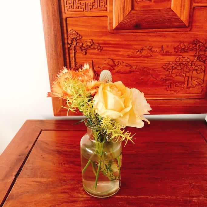 Every week host decorates home with seasonal flowers