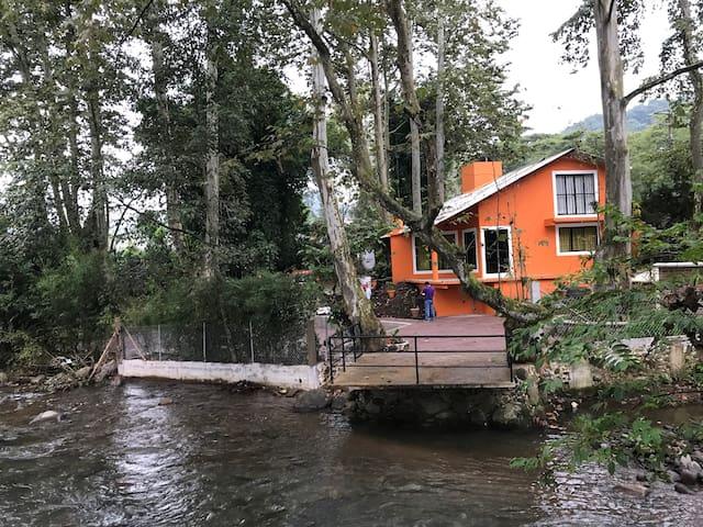Casa de campo junto al río