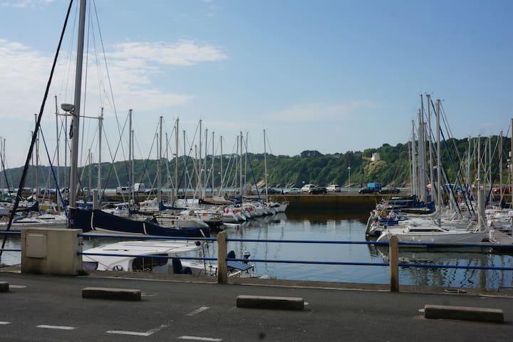 De plain pied sur le quai, face au port