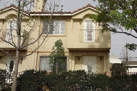 Charming Modern Condominium! - Pico Rivera - Appartement