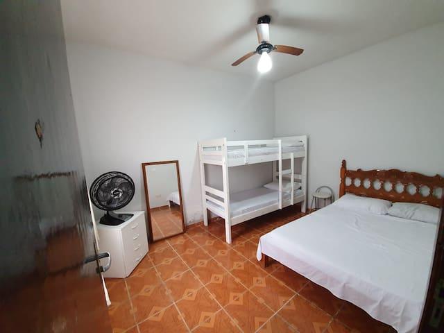 Quarto 01 (cama de casal com beliche, ventilador de teto e ventilador de mesa).