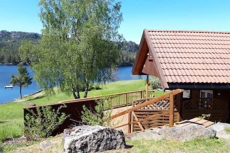 Koselig hytte like ved elv.