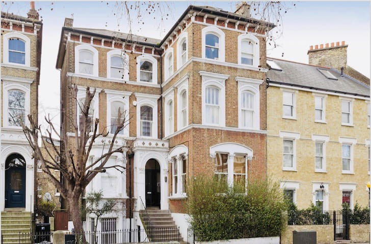 Beautiful 2 bed/ 2 bath Notting Hill Garden Flat