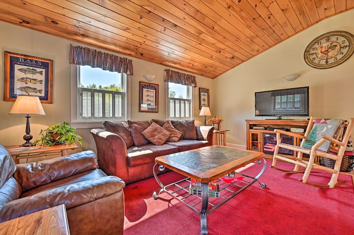 NEW! Apt w/ Hot Tub & Deck, 10 Mi to Stowe Resort!