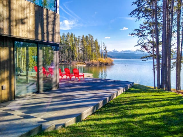 New modern lakefront cabin with stunning views!
