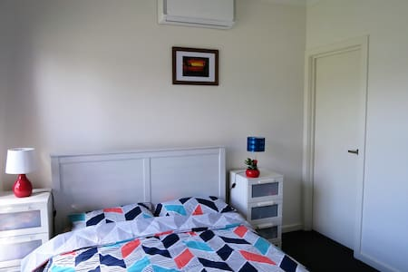 Private On Suite 10min from Airport /20min to City - Glenroy