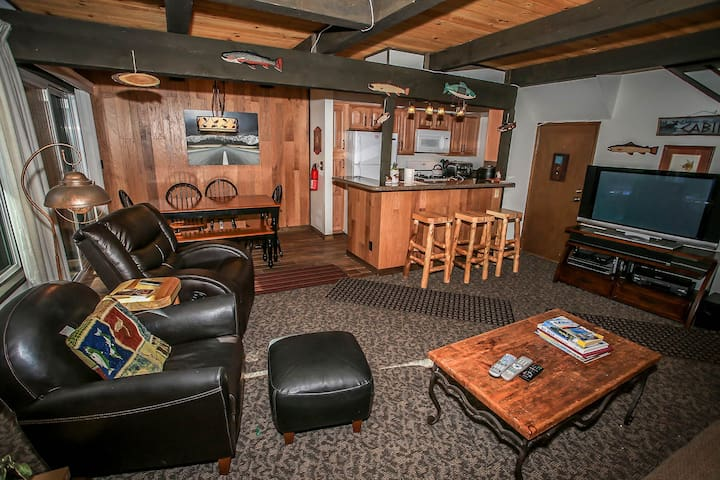 Snow Summit Adventure Ski Condo~Fireplace~WiFi~Great Patio~Walk To Slopes~ - Big Bear Lake - Appartement