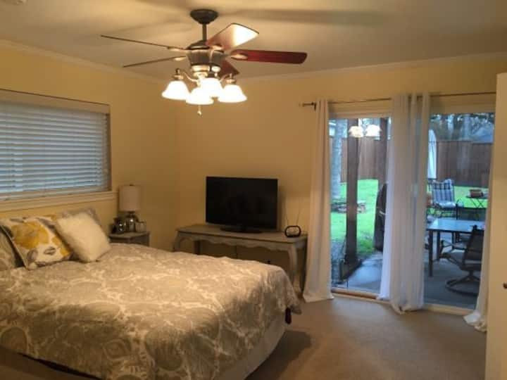 Lake  Retreat near SMU and DT w/monthly discount