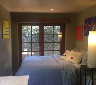 Private entry, bathroom & sitting area in Weho - Los Angeles - House