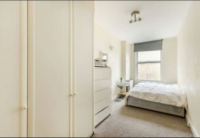 One room with private bathroom in Bloomsbury