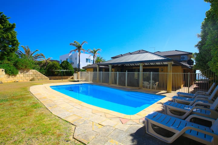 SUNSETS @ SEAQUINS 5 BEDROOM HOME  POOL & VIEWS - Mindarie - House