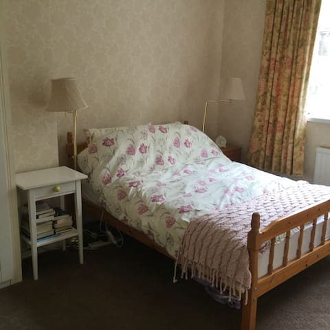 Double room in family home - Cardiff - Bed & Breakfast
