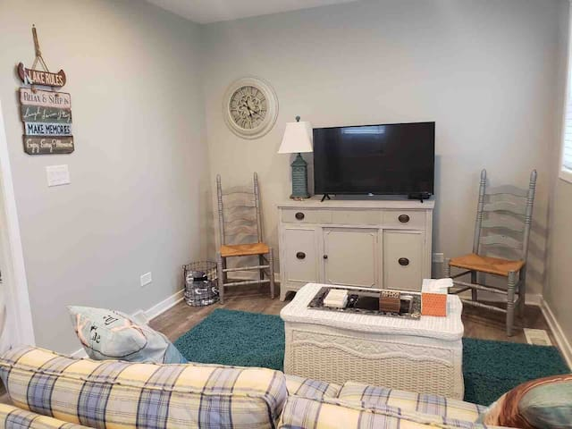 Romantic Lake Cottage ★ Queen Bed ★ Chain O Lakes