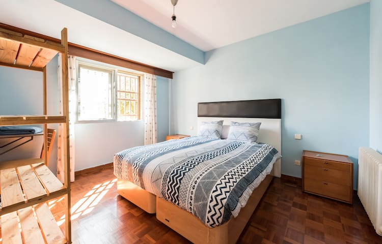Lovely double bedroom, 10 minuts from Airport
