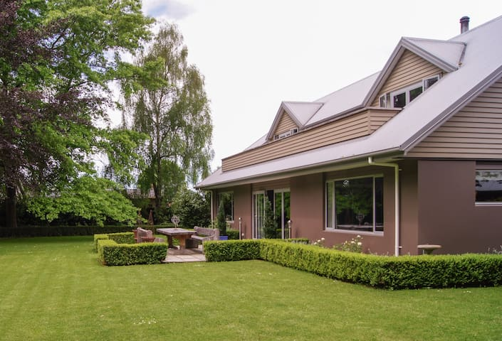 Room 1 - Secluded English Setting - Rangiora - Bed & Breakfast