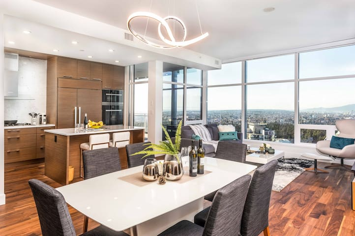 Penthouse Living - 2 min. walk from Metrotown