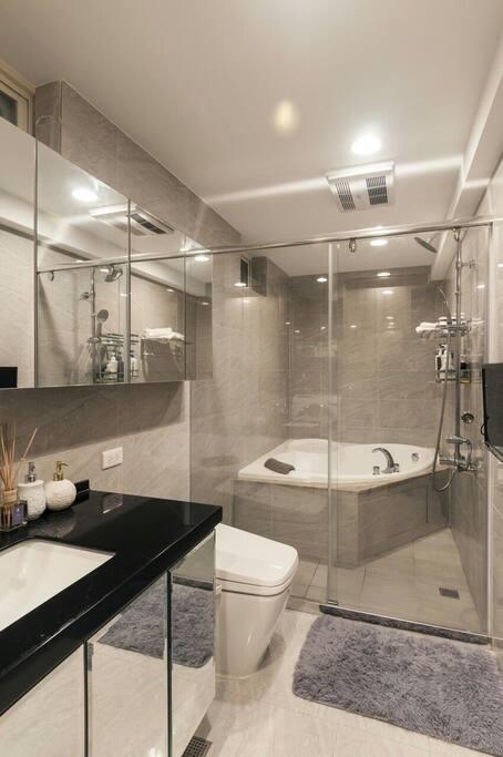 Bathroom 浴室 大浴缸/免治馬桶/花灑蓮蓬頭