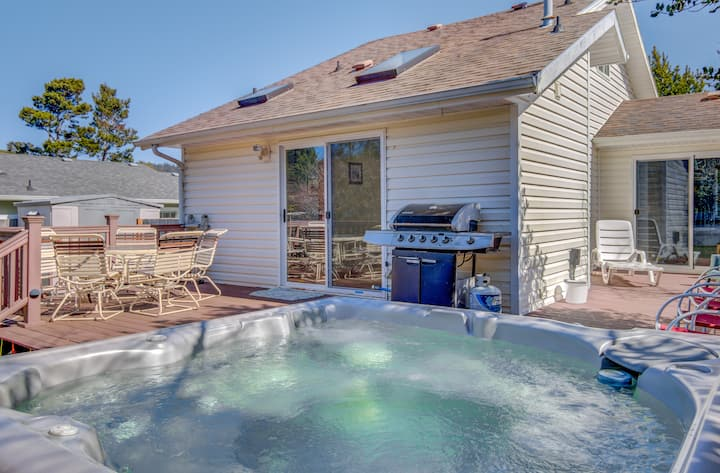 Hot Tub and Fenced Yard at This Classic Oregon Coast Cottage