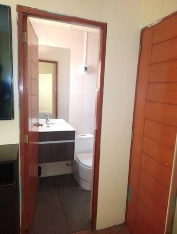 Baño privado en dormitorio con agua caliente. Cuenta con espejos biselados.