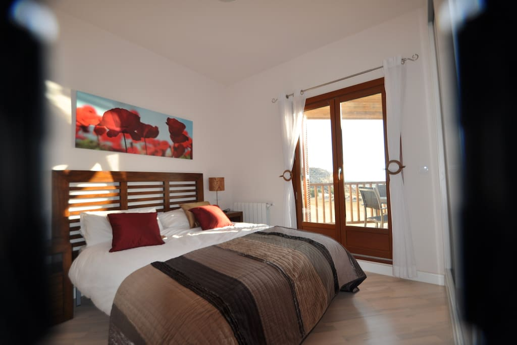 Master Bedroom with en-suite. One further bedroom with twin beds.