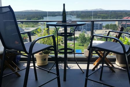 Relax with lake views - Belconnen