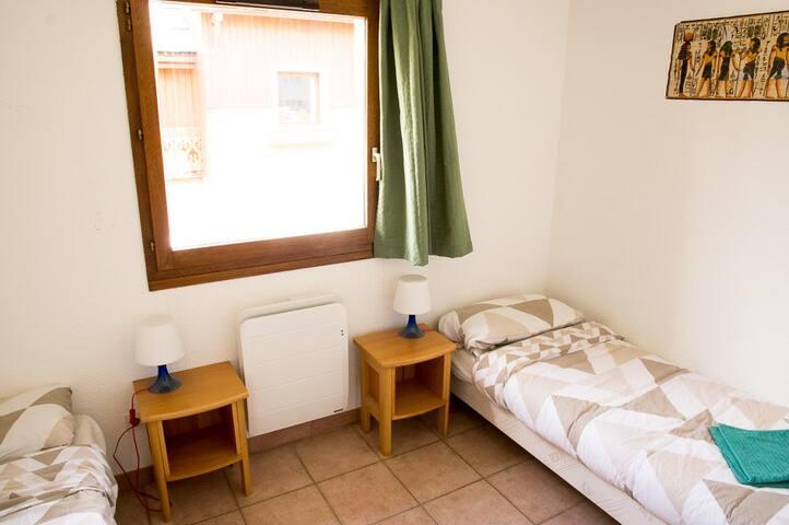Chambre avec lits simples, grand placard et penderie
