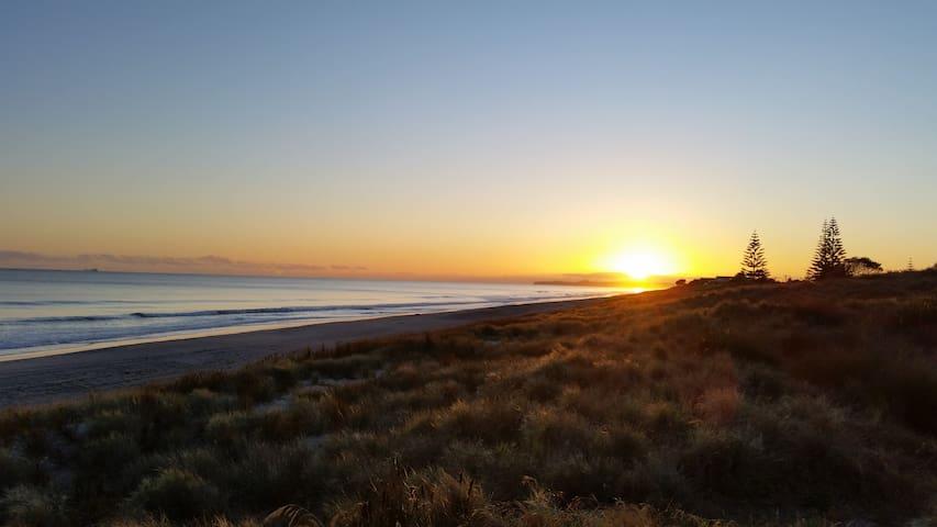 Absolute Beach Front Bach - Papamoa - Papamoa - Dom