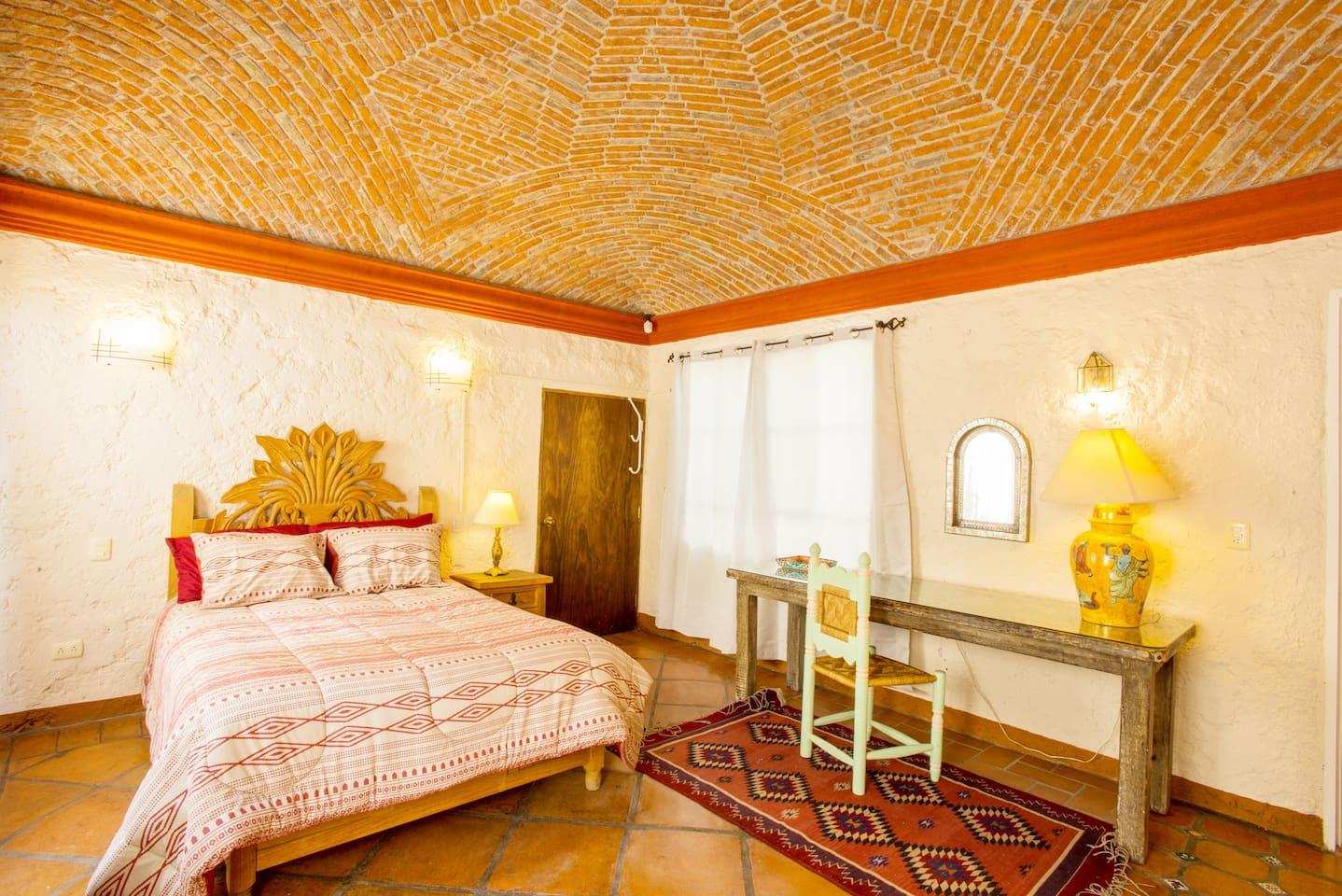 Amplia recámara  principal con bóveda catalana, muy iluminada, con cómoda mesa de trabajo y acceso directo a terraza privada.