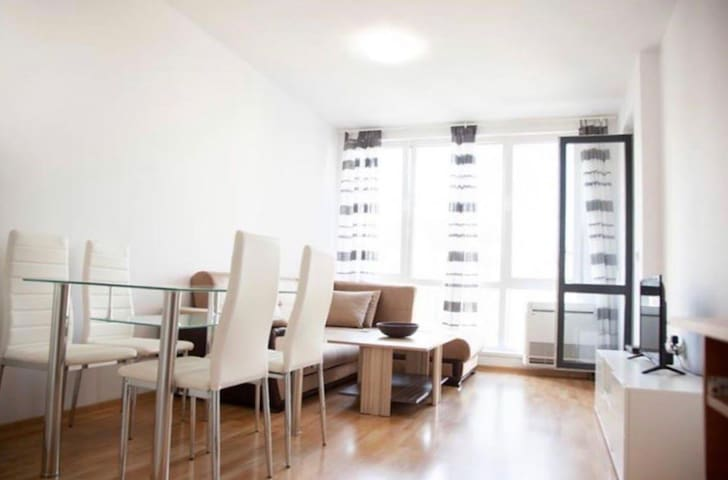 Bright  modern apartment 10min to sea gardens