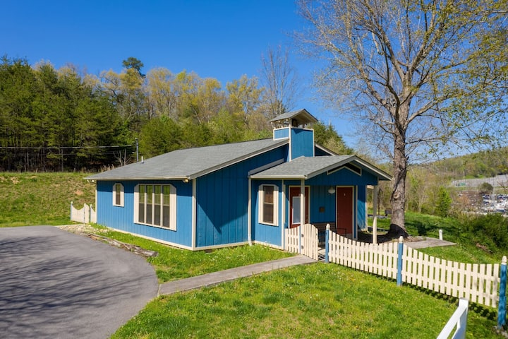 Charming 2BR schoolhouse right in Pigeon Forge