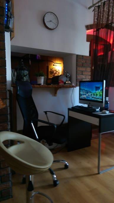 Stolik na komputer z dostępem do wi-fi