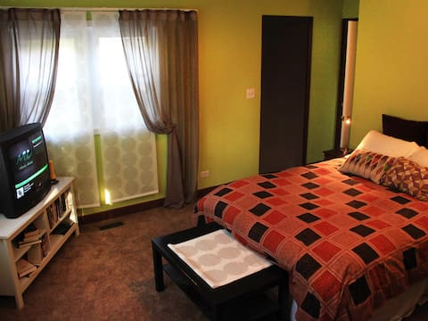 Private Two Bedroom Suite Walk to Food & Fun