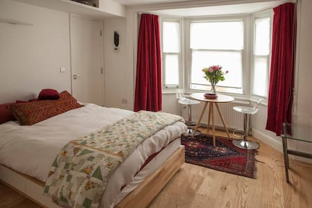 Clean, quiet, private bedroom & b/r near transport - London - Haus
