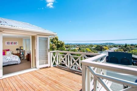 Large private room with en-suite & deck in Mt Eden - Auckland