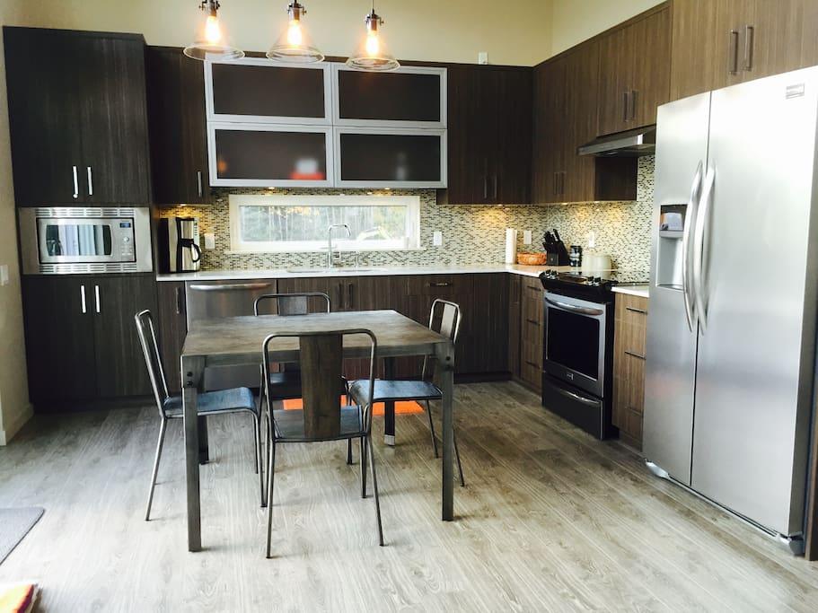 Fully equipped kitchen and dining area for 4